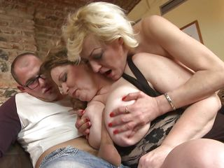Порно зрелых дам с молодыми парнями